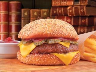 Чизбургеркотлета из свинины и говядины, нежный сыр, маринованый лучок и соленый огурчик, подается