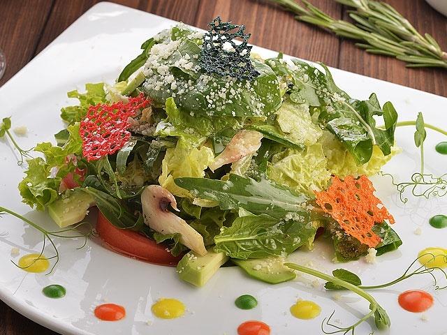 Зеленый салат с сыром Пармезан