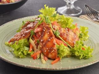 Салат с цыпленком в соусе Джек Дэниэлс