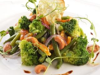 Салат с овощами-гриль и чипсами из пастернака