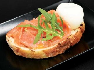 Заказать Брускетта с лососем и яйцом-пашот* на дом с доставкой